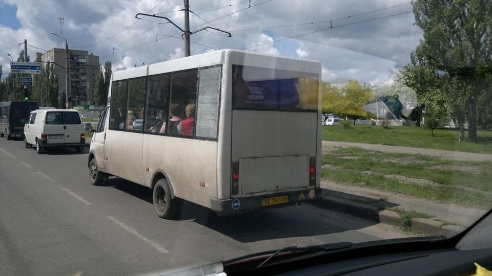 У Миколаєві маршрутчик приклеїв розбите скло на скотч  - фото 1