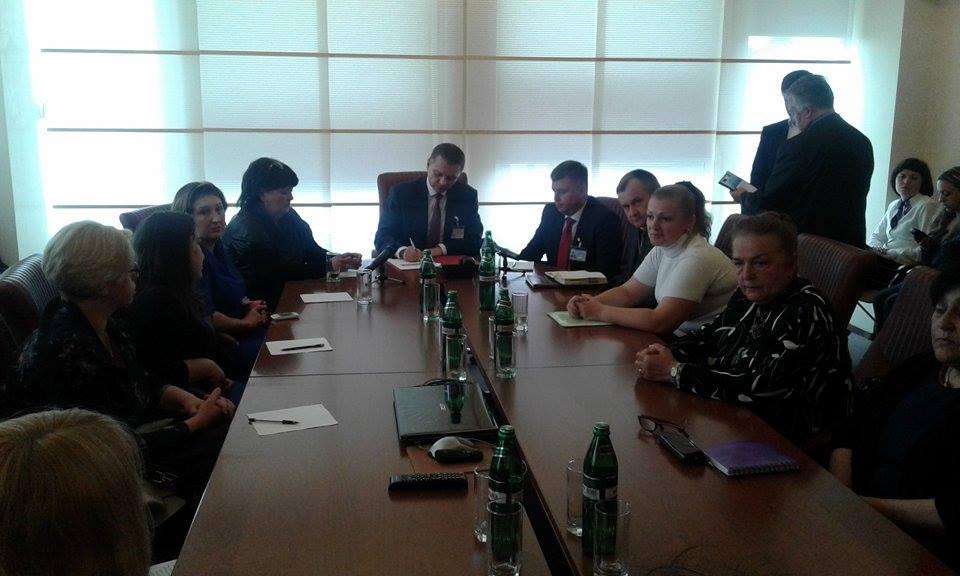 Батьки-противники реорганізації шкіл сіли за стіл перемовин з Моруновим - фото 1