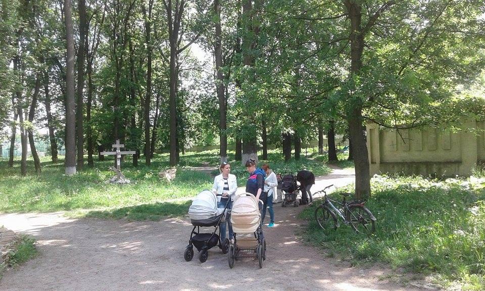 """Кілька десятків вінничан виступили проти будівництва церкви в парку """"Хімік"""" - фото 3"""