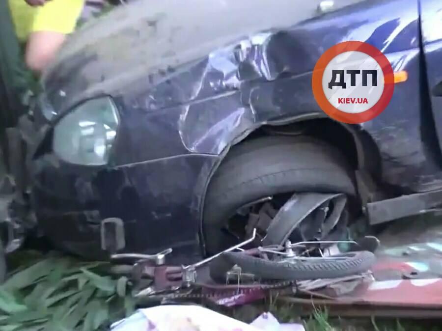 Страшне ДТП на Київщині: водій на швидкості 14 км\г збив дітей (ФОТО 18+) - фото 4