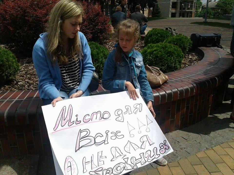 Біля міськради збирали підписи проти обнесення парку парканом - фото 1