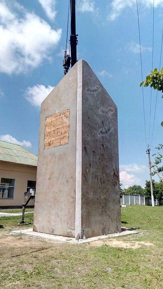 У Миколаєві почали встановлювати пам'ятник загиблим морпіхам