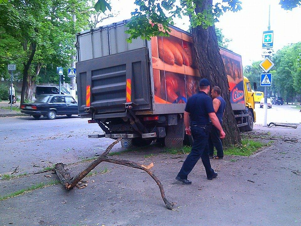 У центрі Миколаєва зіштовхнулись вантажівка та маршрутка - фото 1