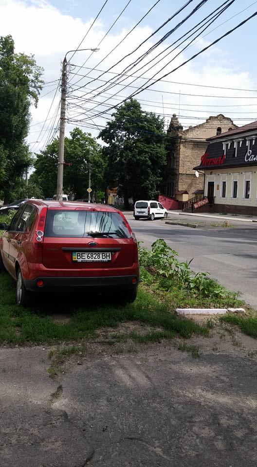 """У Миколаєві чергове """"автобидло"""" припаркувалося на квітнику - фото 1"""
