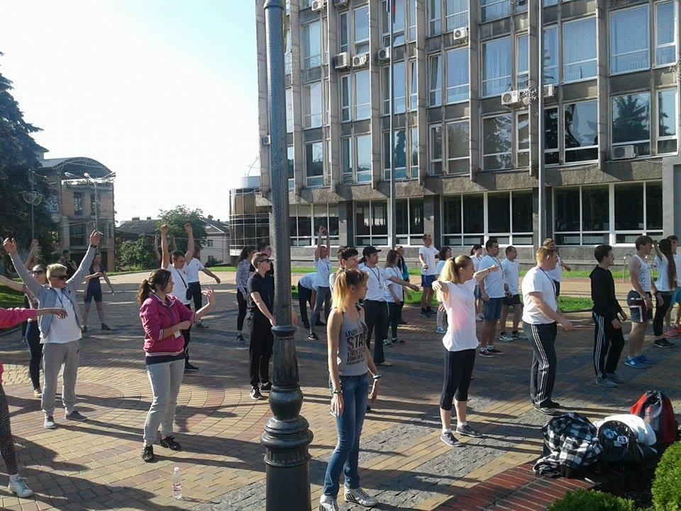 Українські студенти вийшли на бадьору руханку до Вінницької мерії - фото 3