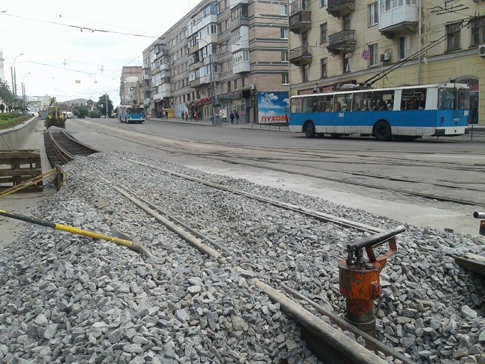 Як монтують тимчасові трамвайні колії на площі Гагаріна - фото 2