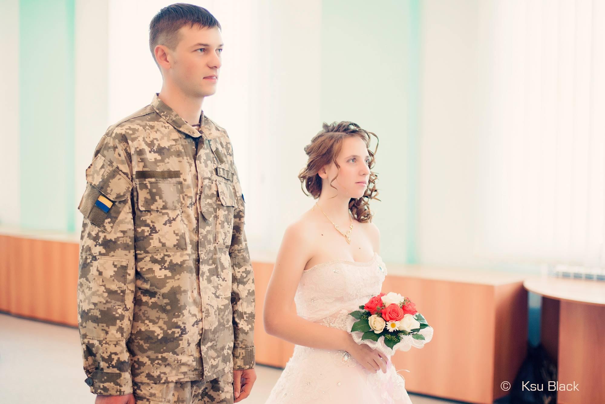 На передовій одружилися військовий і волонтер - фото 2