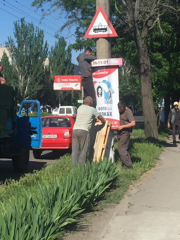 У центрі Миколаєва демонтують незаконну рекламуУ центрі Миколаєва демонтують незаконну рекламу
