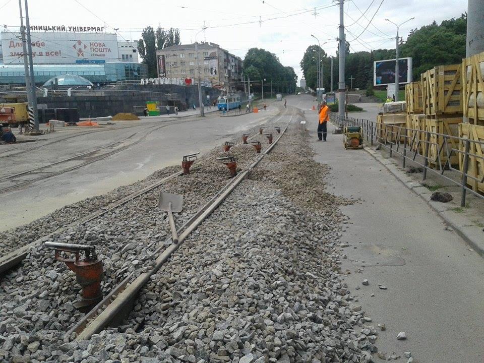 Як монтують тимчасові трамвайні колії на площі Гагаріна - фото 1