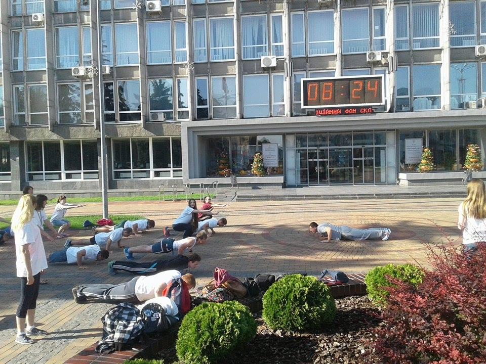 Українські студенти вийшли на бадьору руханку до Вінницької мерії - фото 1