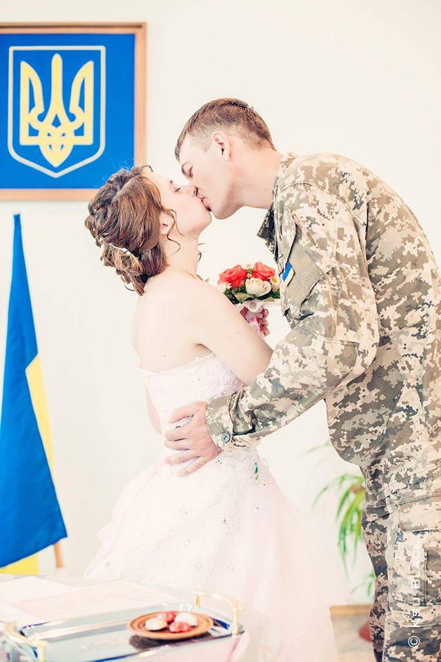 На передовій одружилися військовий і волонтер - фото 3