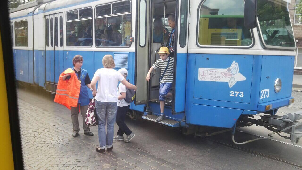 В центрі Вінниці стоять трамваї і тролейбуси - фото 1