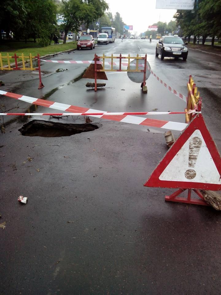 У Миколаєві на щойно відремонтованій дорозі утворилось величезне провалля - фото 2