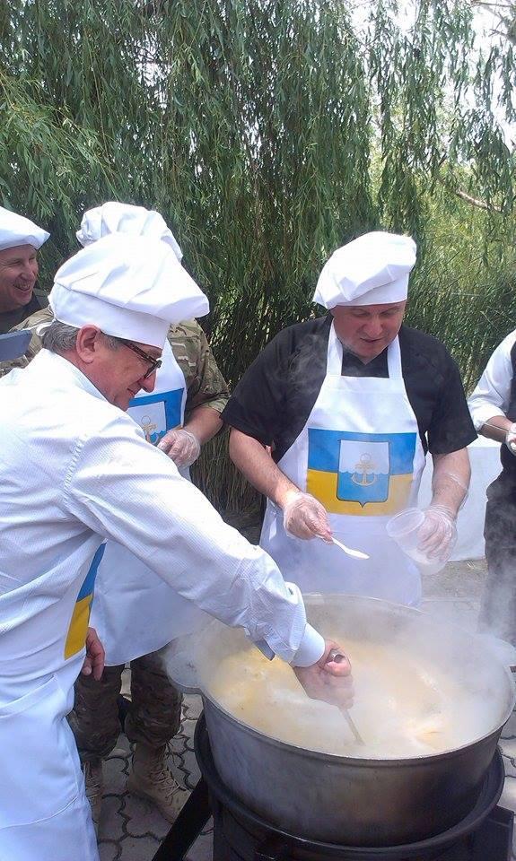 У Маріуполі Аваков, Тарута і Аброськін у ковпаках зварили горохову кашу (ФОТО) - фото 4