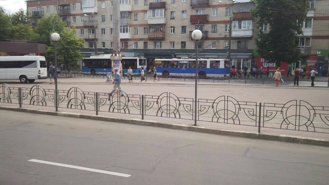 В центрі Вінниці стоять трамваї і тролейбуси - фото 2