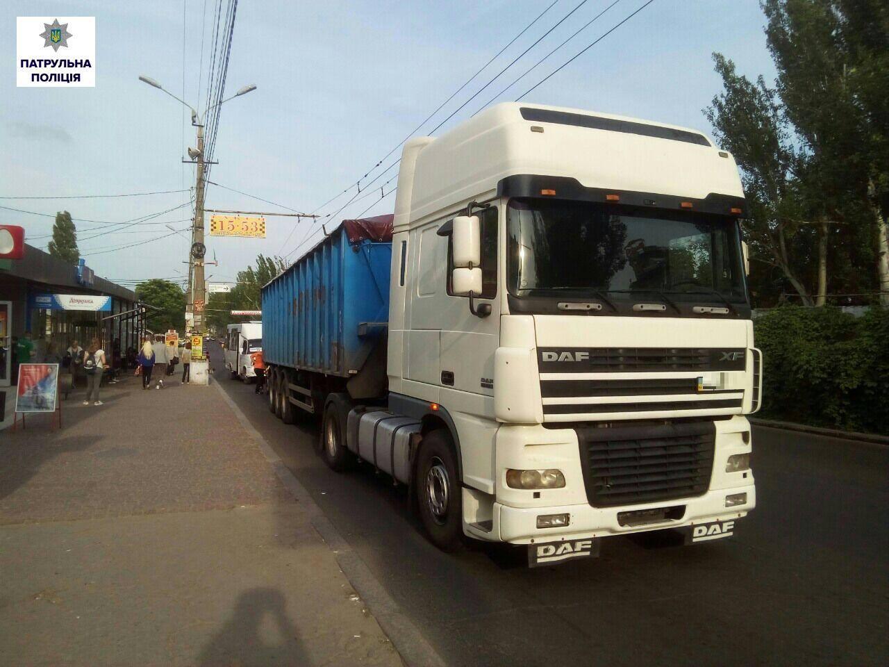 """У Миколаєві ще десять водіїв фур, що їхали через місто, """"заробили"""" штраф"""