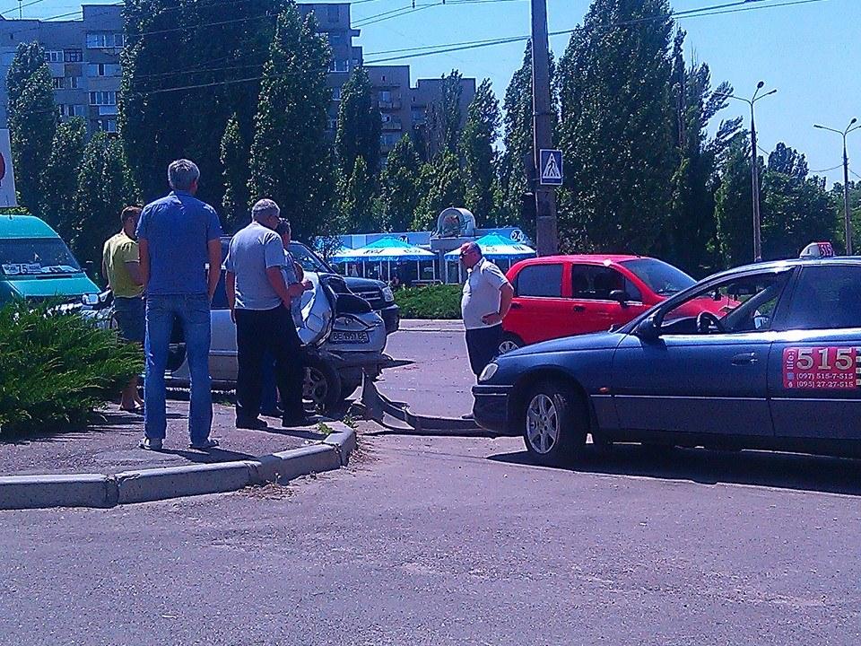 У Миколаєві мікроавтобус на шаленій швидкості влетів в Toyota - фото 1