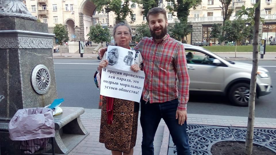 Як київський гей-активіст тролить бабусь, мітингуючих проти гей-парадів - фото 1