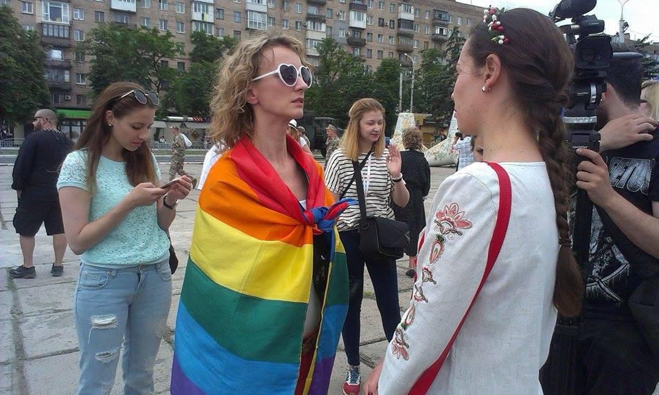 """У Маріуполі жінка прийшла з прапором ЛНБТ на парад """"Азову"""" (ФОТО) - фото 2"""