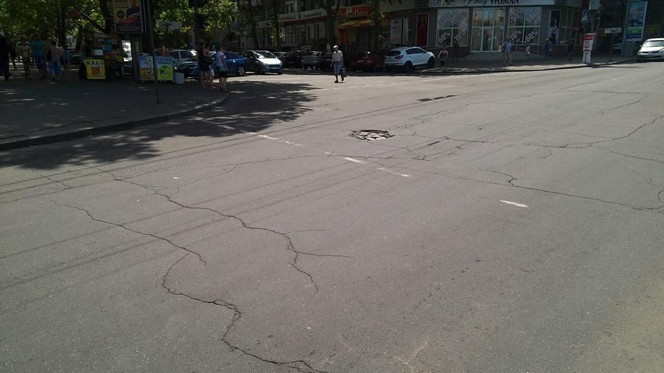 У центрі Миколаєва ями на дорогах досягли бруківки з минулого - фото 2
