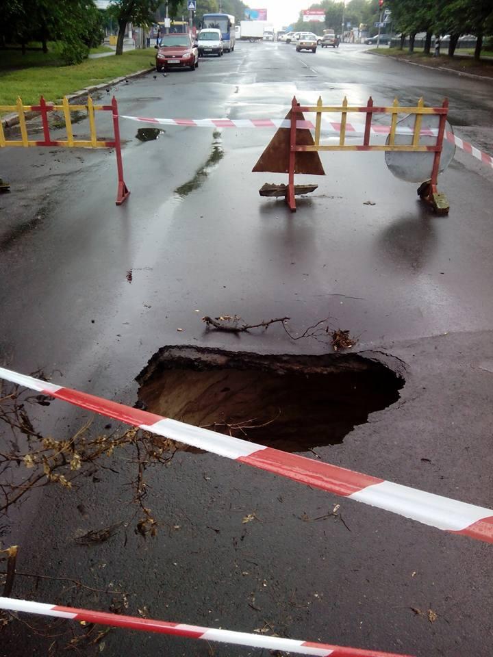 У Миколаєві на щойно відремонтованій дорозі утворилось величезне провалля - фото 1