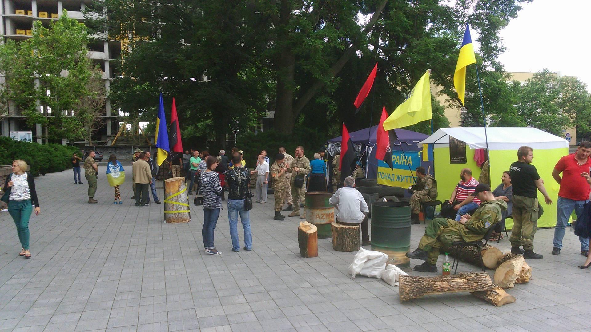 Сухарі, шкарпетки та цигарки: екс-голову Миколаївської ОДА збирають до в'язниці - фото 2