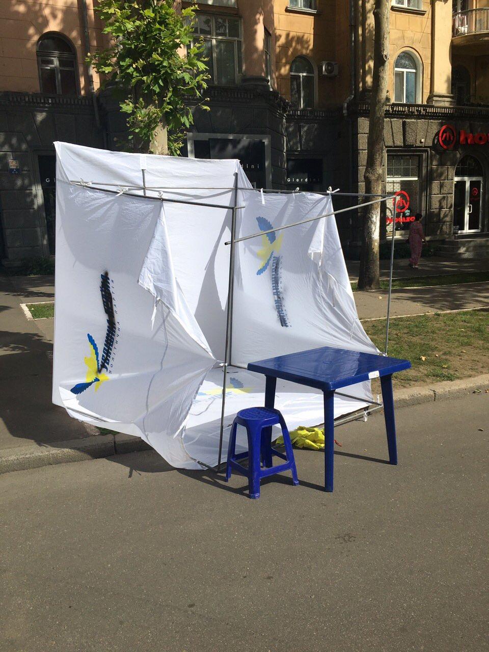 Сепари: у Миколаєві  обмалювали палатки партії соратника Януковича - фото 2