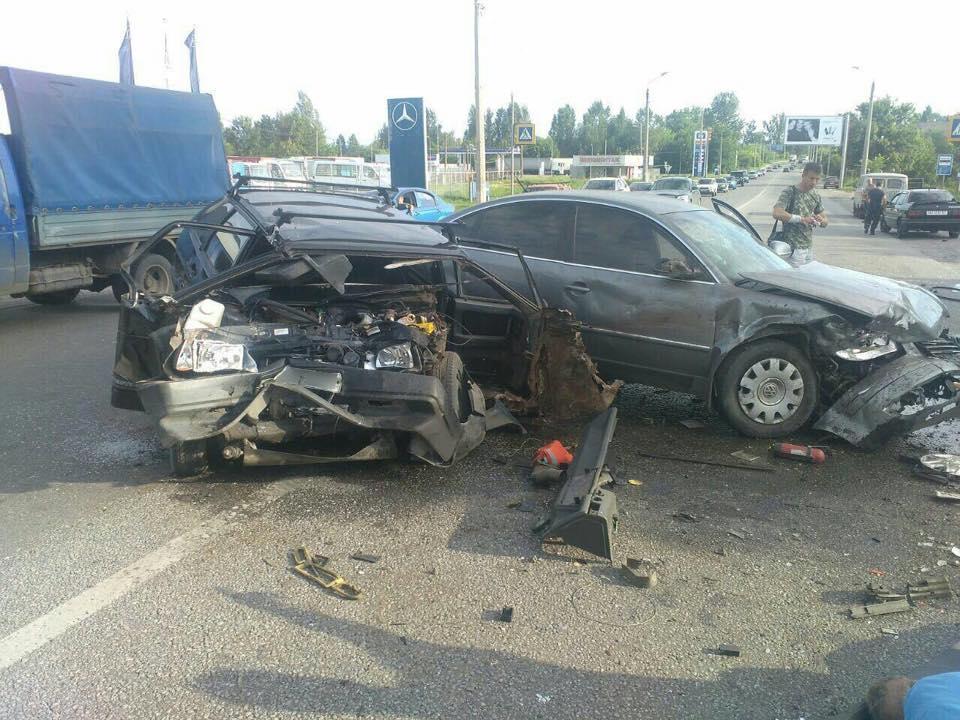 """На околиці Харкова лоб у лоб зіткнулися """"ВАЗ"""" та """"Фольксваген"""": постраждали дві людини - фото 2"""