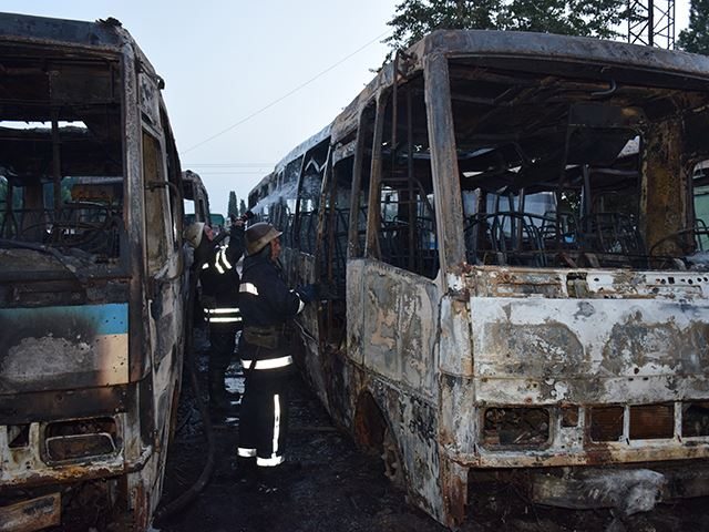 """У Миколаєві на стоянці """"Еталону"""" згоріло сім автобусів - фото 2"""