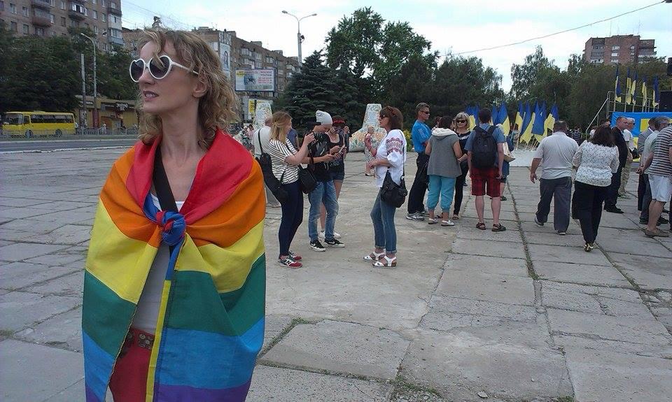 """У Маріуполі жінка прийшла з прапором ЛНБТ на парад """"Азову"""" (ФОТО) - фото 1"""