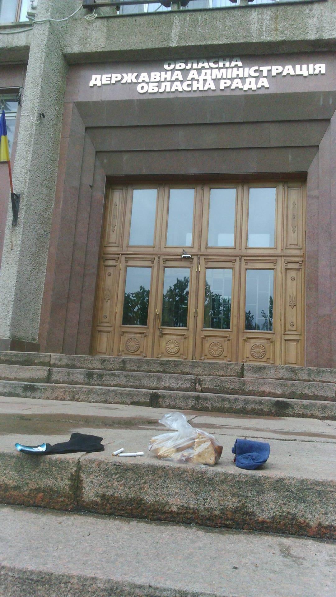 Сухарі, шкарпетки та цигарки: екс-голову Миколаївської ОДА збирають до в'язниці - фото 1