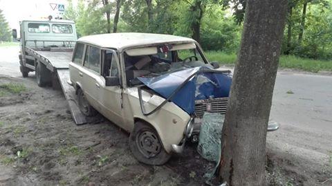 """У Харкові """"ВАЗ"""" влетів у дерево: постраждали три жінки - фото 1"""