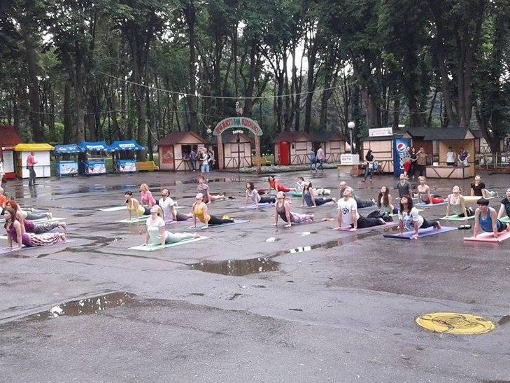 """Асани в калюжах: Як День йоги у Вінниці """"підмочила"""" злива - фото 2"""