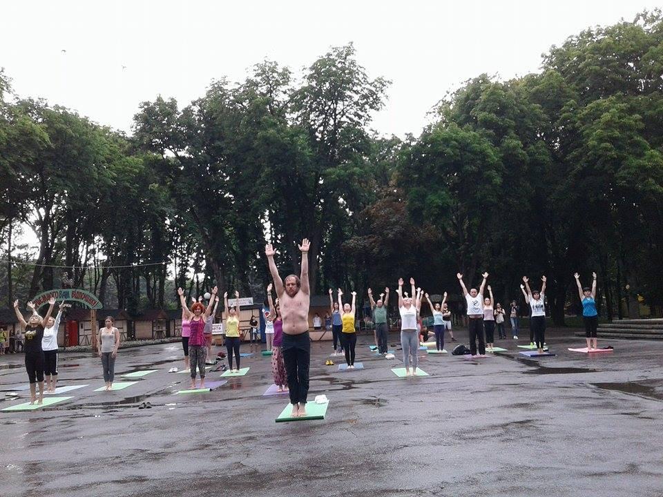 """Асани в калюжах: Як День йоги у Вінниці """"підмочила"""" злива - фото 1"""