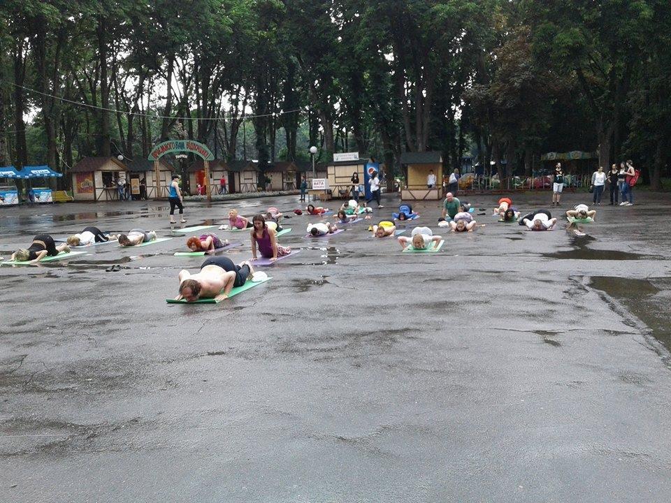 """Асани в калюжах: Як День йоги у Вінниці """"підмочила"""" злива - фото 4"""