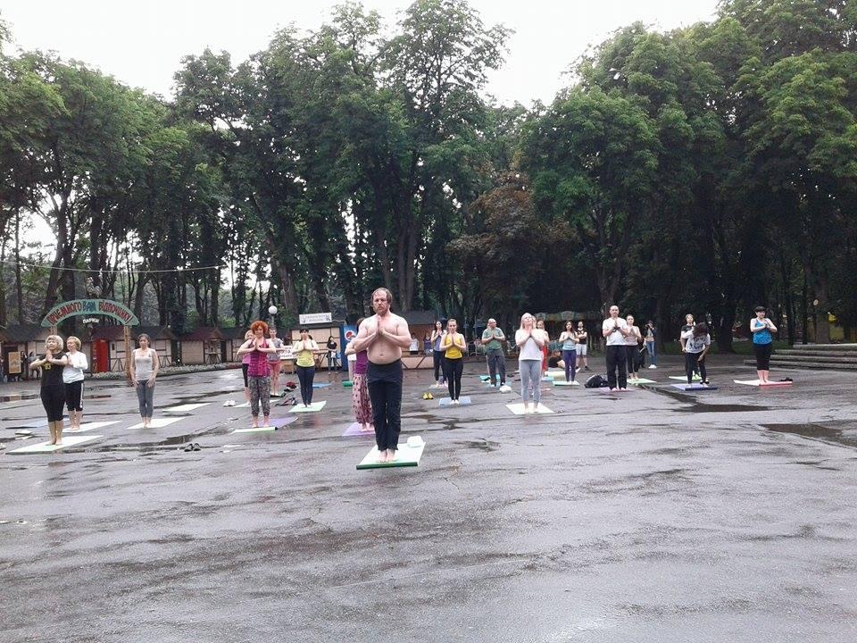 """Асани в калюжах: Як День йоги у Вінниці """"підмочила"""" злива - фото 5"""