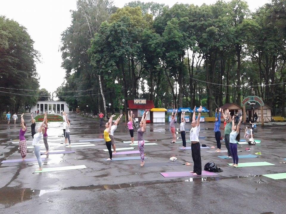 """Асани в калюжах: Як День йоги у Вінниці """"підмочила"""" злива - фото 6"""
