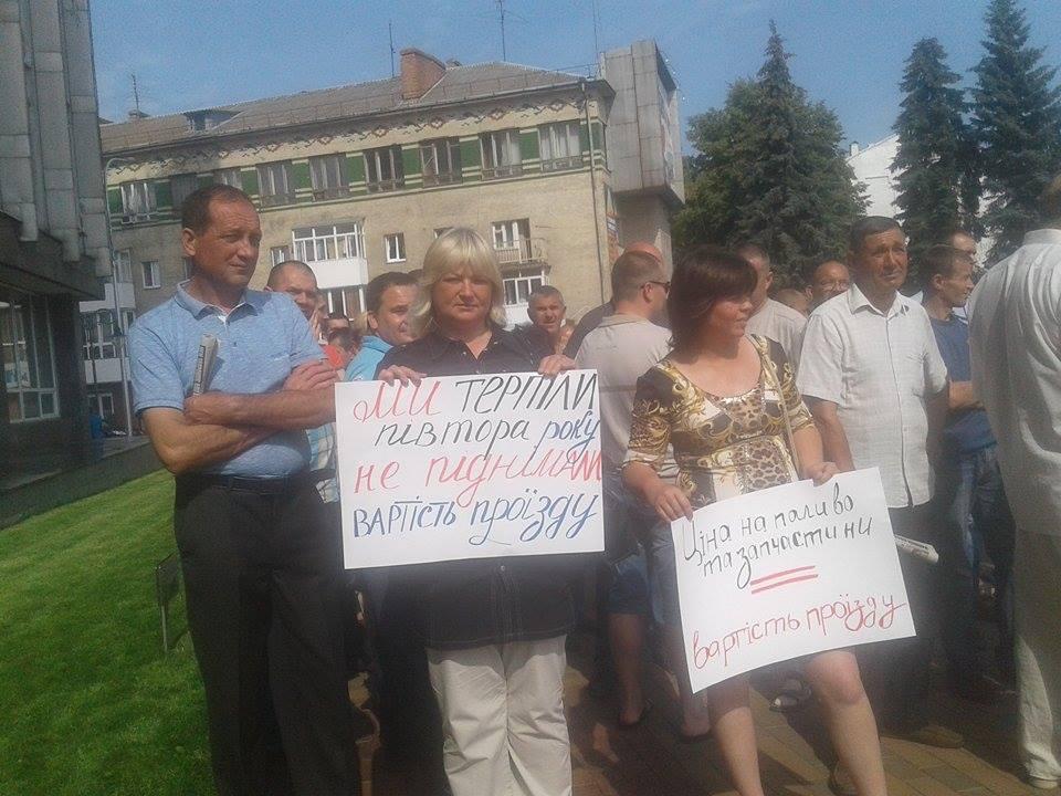 Під Вінницькою міськрадою зібралось одразу кілька мітингів - фото 7