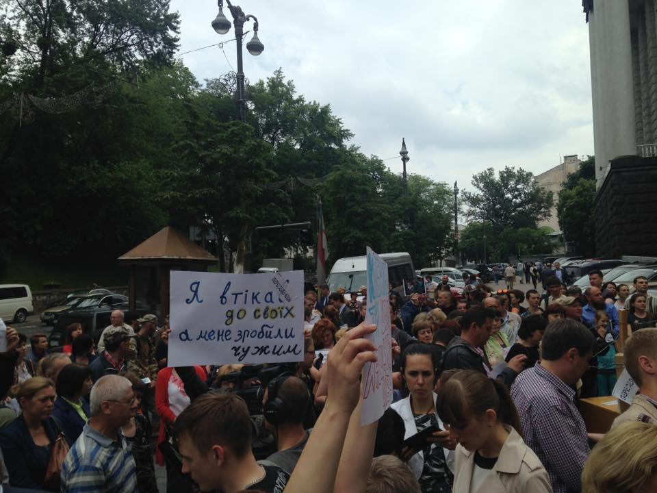 Волонтер: Під кабміном мітингують переселенці з Донбасу - фото 1