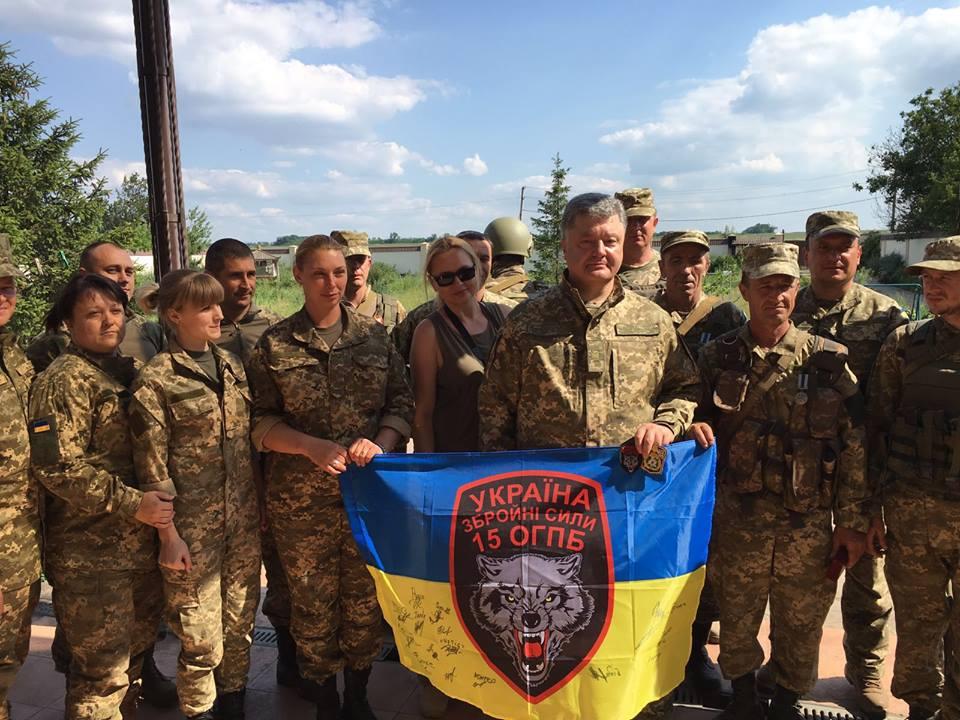Як Порошенко гуляв на околицях Донецького аеропорту (ФОТО, ВІДЕО) - фото 3
