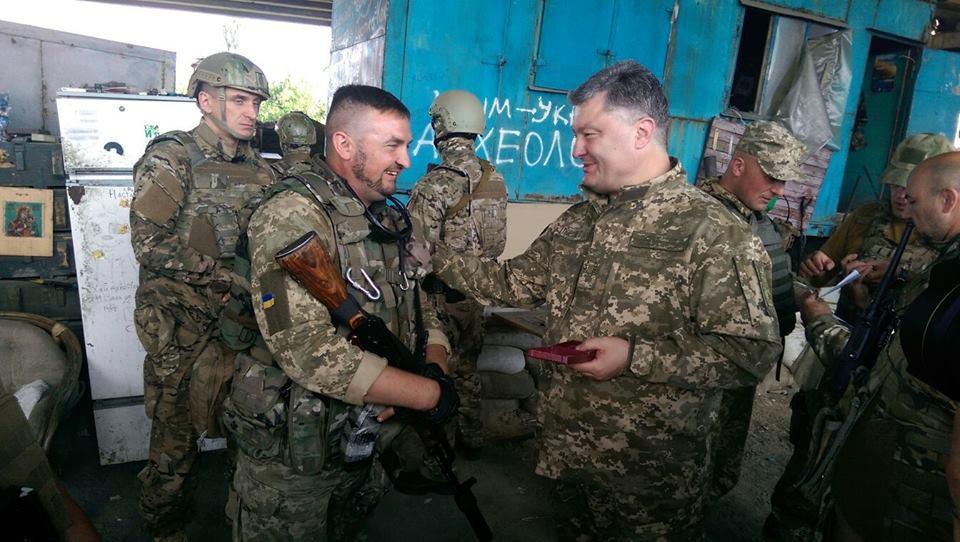 Як Порошенко гуляв на околицях Донецького аеропорту (ФОТО, ВІДЕО) - фото 2