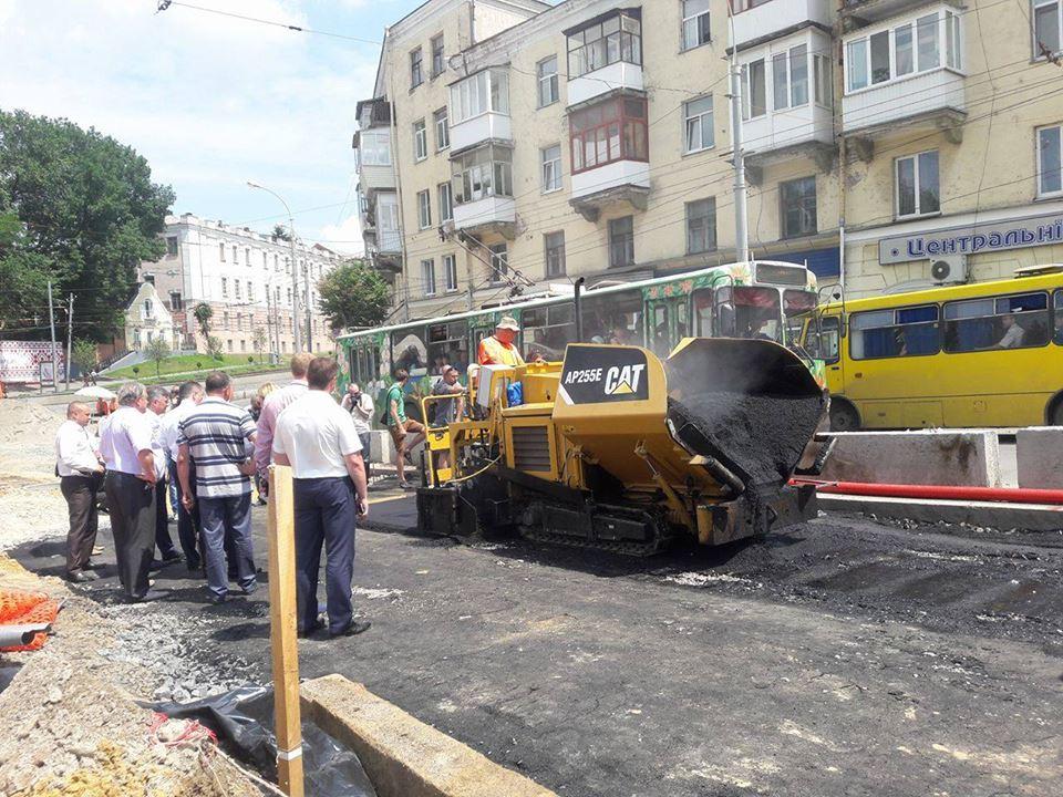 """На площі Гагаріна почали прокладати """"оксамитовий шлях"""" - фото 1"""