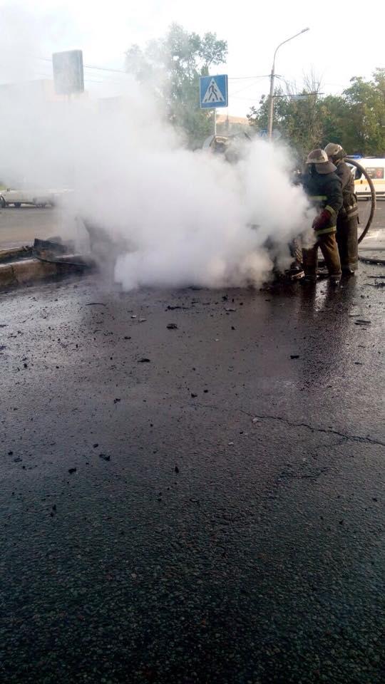 У Харкові після зіткнення з автобусом спалахнув легковик  - фото 2