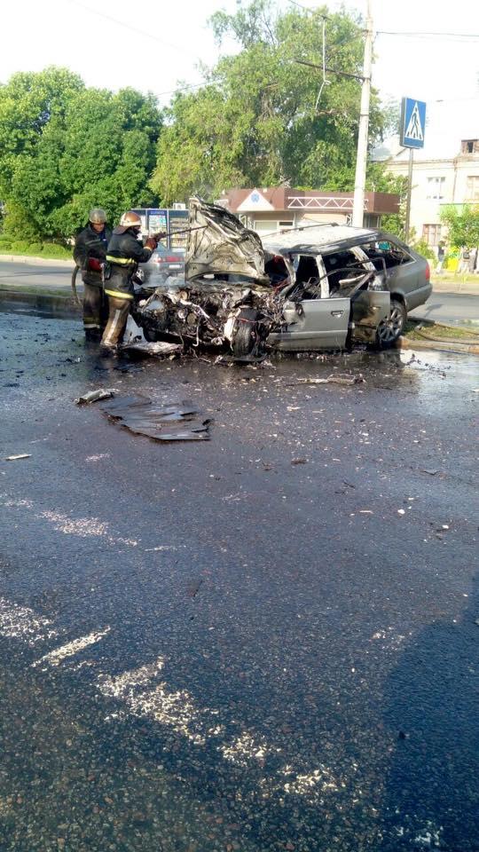 У Харкові після зіткнення з автобусом спалахнув легковик  - фото 3