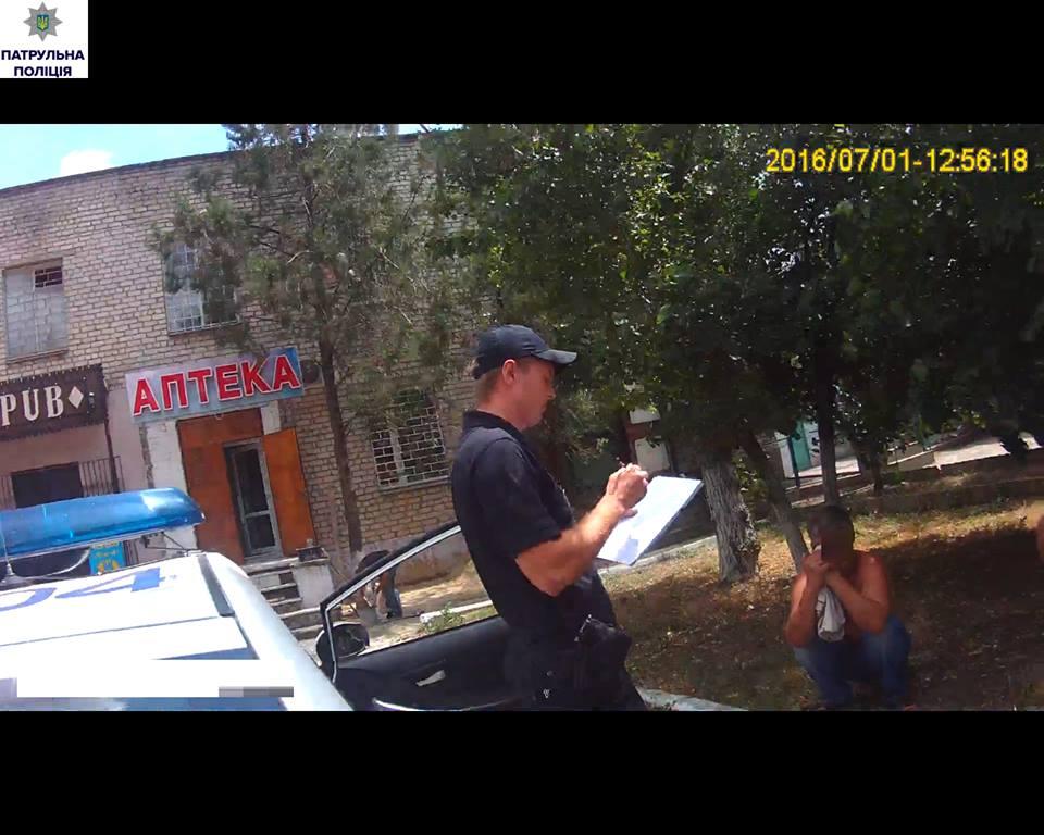 У Миколаєві чоловіку зламали ребра на зупинці