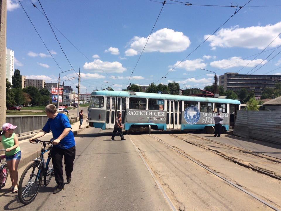У Харкові трамвай зійшов з рейок та заблокував рух - фото 3