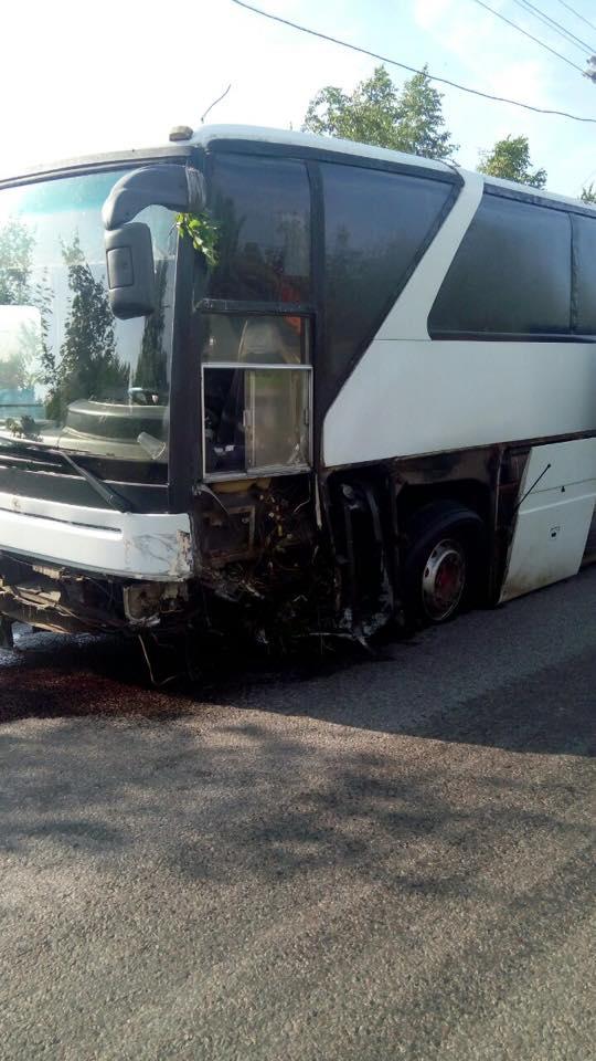 У Харкові після зіткнення з автобусом спалахнув легковик  - фото 4