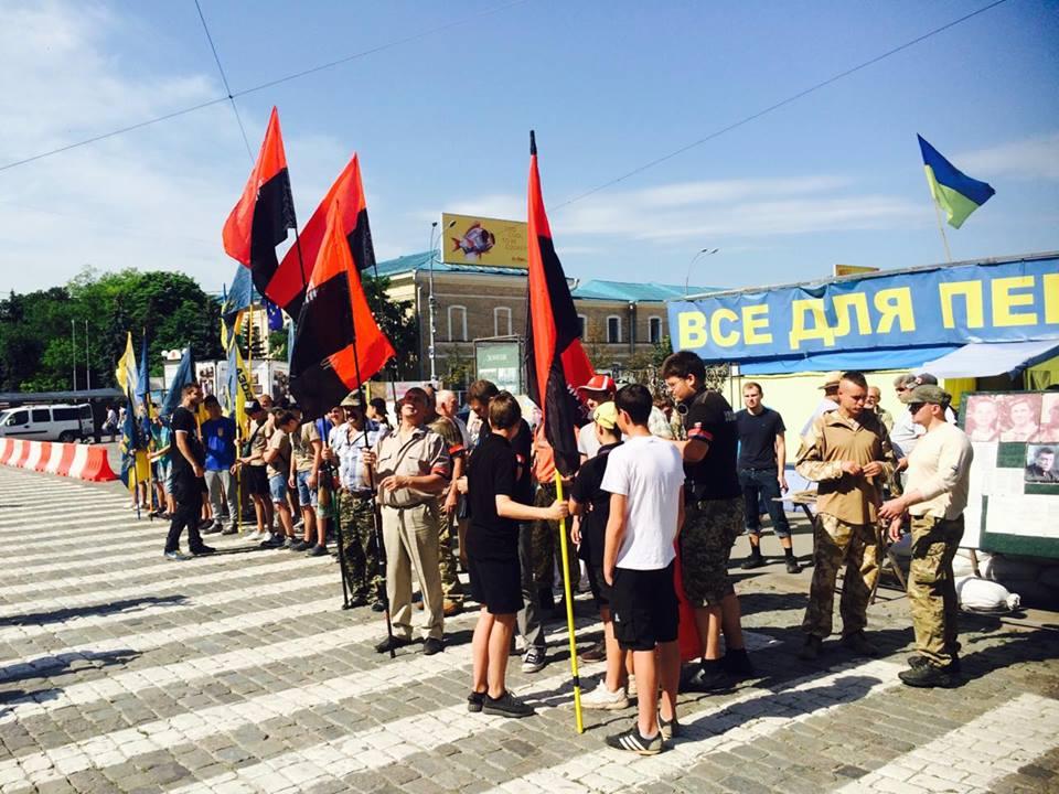 """У центрі Харкова """"Азов"""" вийшов захищати добровольців  - фото 1"""