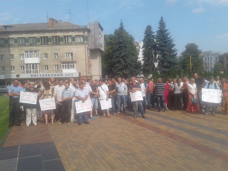 Під Вінницькою міськрадою зібралось одразу кілька мітингів - фото 1