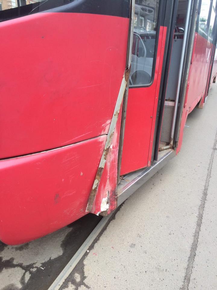 У Харкові трамвай врізався у легковик  - фото 2